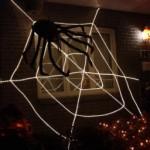 Toile d'araignée géante en cordons lumineux
